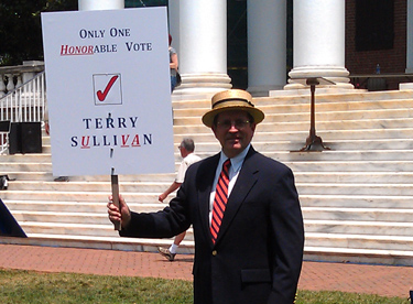 Support for President Sullivan at one of the many rallies on the lawn. Photo by Susan Yowell, Historical Collections & Services, Claude Moore Health Sciences Library.